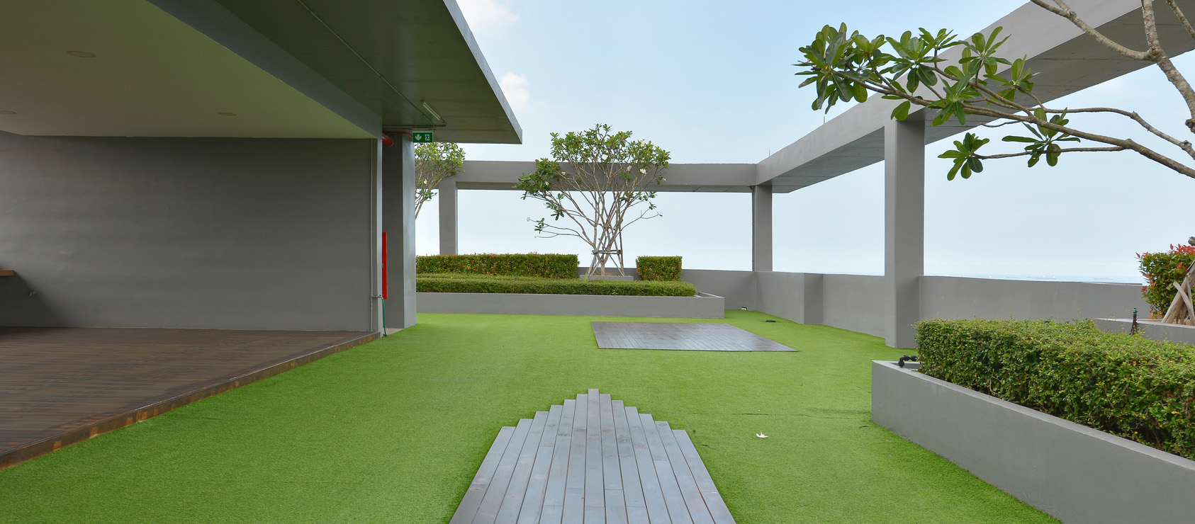Green garden rooftop patio on modern building is attractive and environmentally friendly.
